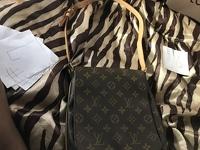 Louis Vuitton musette purse Angle9