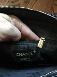 Caviar Shoulder Bag Angle3